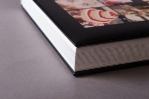 しっかりとした厚みと重みのある製本